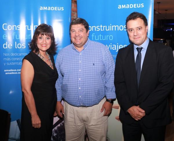 Representantes de Amadeus con Hugo Raul Fernandez, presidente de AAVIP y de Comdetur