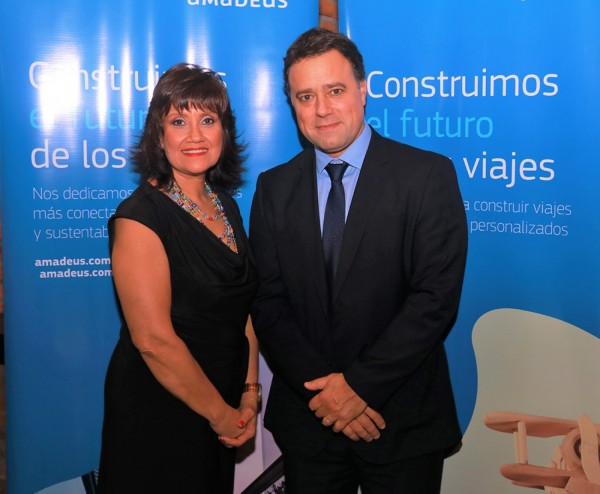 Johanna Izquierdo, Key Account Manager de Amadeus en Paraguay y Nicolás De Los Reyes, Country Leader de Amadeus Uruguay.