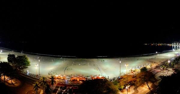 Vista noctura de playa de Copacabana