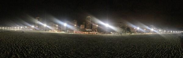 Vista nocturna de la Avenida Atlantica desde la playa