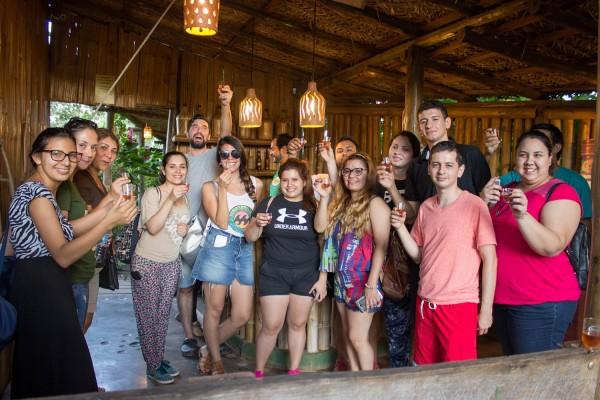 Grupo probando Cachaza en Bonito