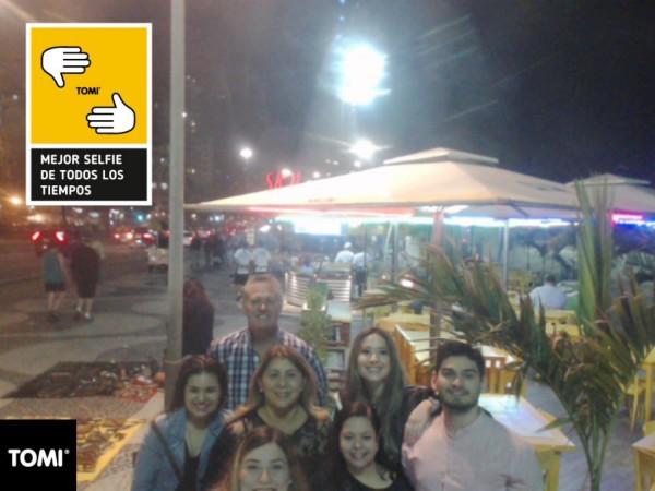 Selfie de parte del grupo en las pantallas ubicadas sobre la avenida Atlantica