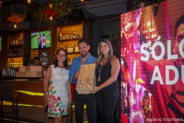 Romina  Fernandez, de Travel Factory junto a Josefina de Zan y Leonel Reyes