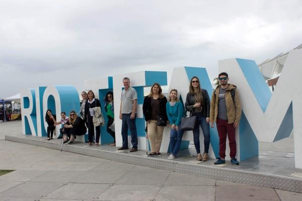 Grupo en el cartel Rio Te Amo