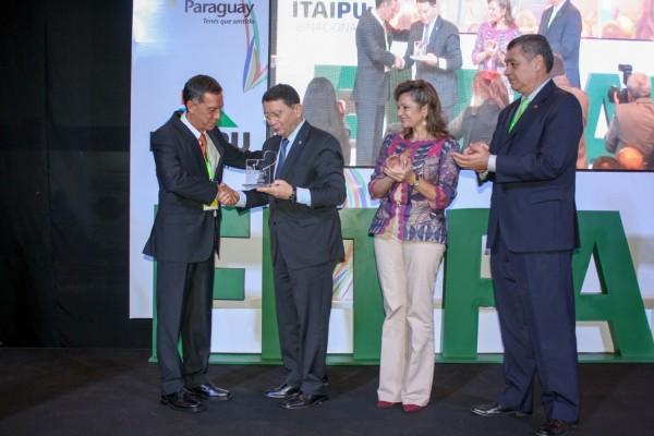 Victor Pavón entrego tributo por su contribución al Turismo a Taleb Rifai