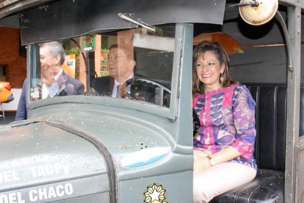 Taleb Rifai y Marcela Bacigalupo a bordo de camión homenaje a los choferes de la guerra del chaco
