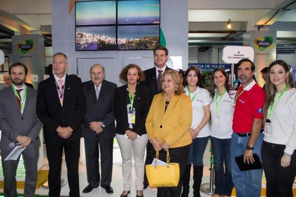 Socios del Comité Descubra Brasil con el embajador  Carlos Alberto Simas Magalhães