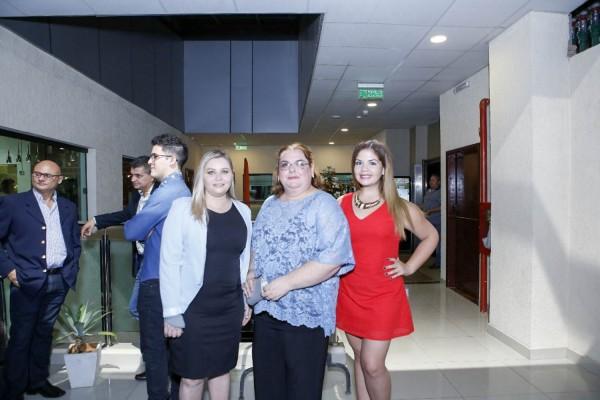 Rossana Fustagno con representantes del hotel