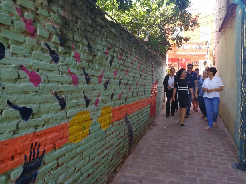 Ministra Sofia Montiel, recorriendo las calles de Loma San Jerónimo