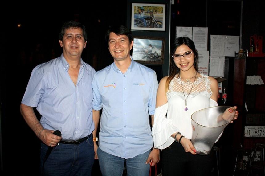 Ernesto Ruiz Fleitas, ejecutivo de COPANU S.A. y Pedro Vega uno de los ganadores del sorteo