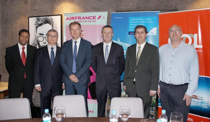 Jean-Marc Pouchol en compañía de ejecutivos de la aerolínea