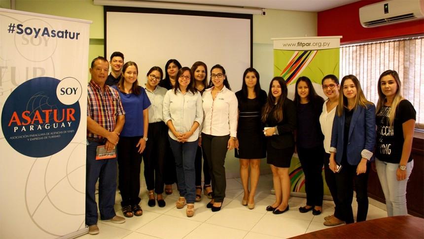 Claudia Cano con los agentes de viajes en Asatur