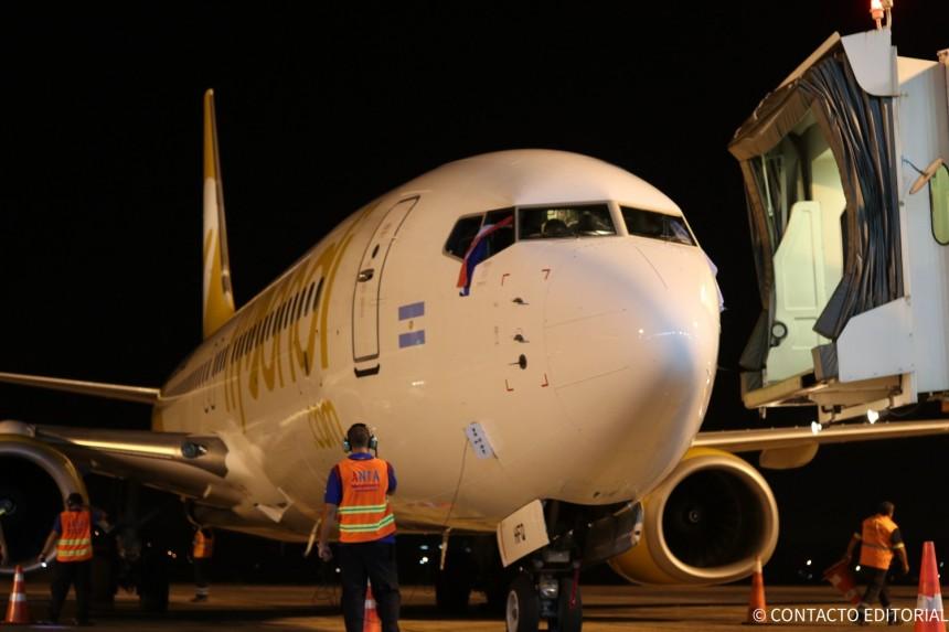 Avión de Flybondi al llegar al Silvio Pettirossi