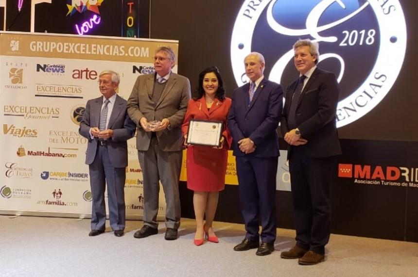 La ministra de Turismo, Sofia Montiel, recibiendo el premio