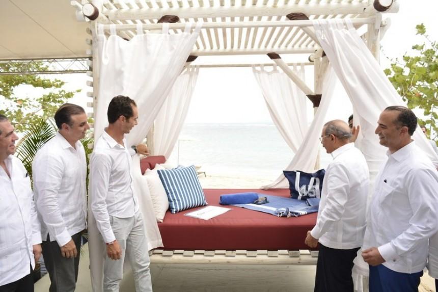 Xavier Mufraggi (Izquierda), CEO de Club Med Norte America and H. E. Danilo Medina Sánchez (Derecha), Presidente de Republica Dominicana, oficialmente abrieron las cortinas de la primera cabaña en la playa del Club Med Michès