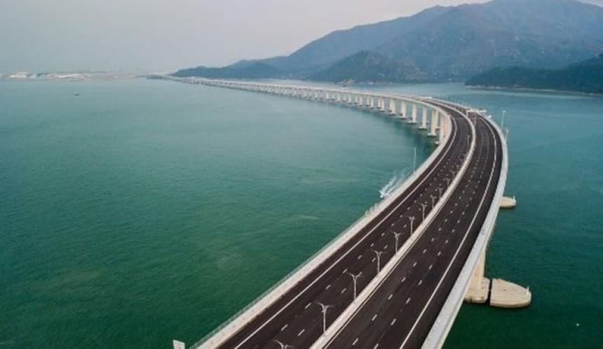 El puente conecta la ciudad de Zhuhai con las regiones de Hong Kong y Macao.