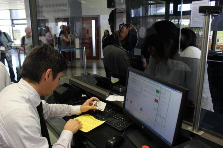 Migraciones ya comenzó el control de certificados de vacunación