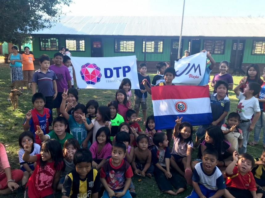 Ejecutivos de DTP con los niños de la comunidad