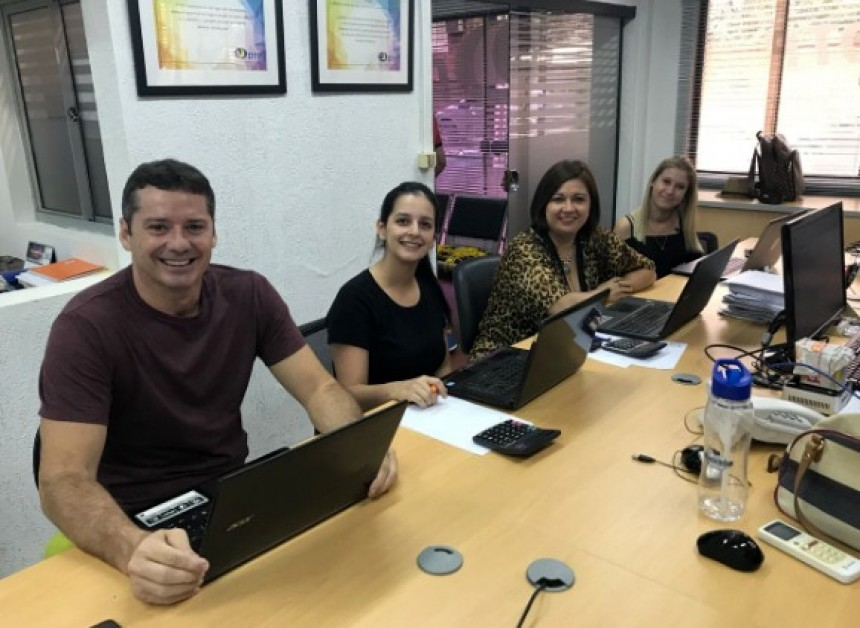David Prono con el equipo de DTP Encarnación