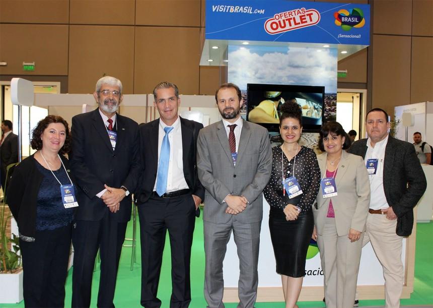 Luiz Fellipe Flores Schmidt, responsable de Comercio, Inversiones y Turismo de la Embajada de Brasil en Paraguay en compañía de representantes de la Embajada del Brasil