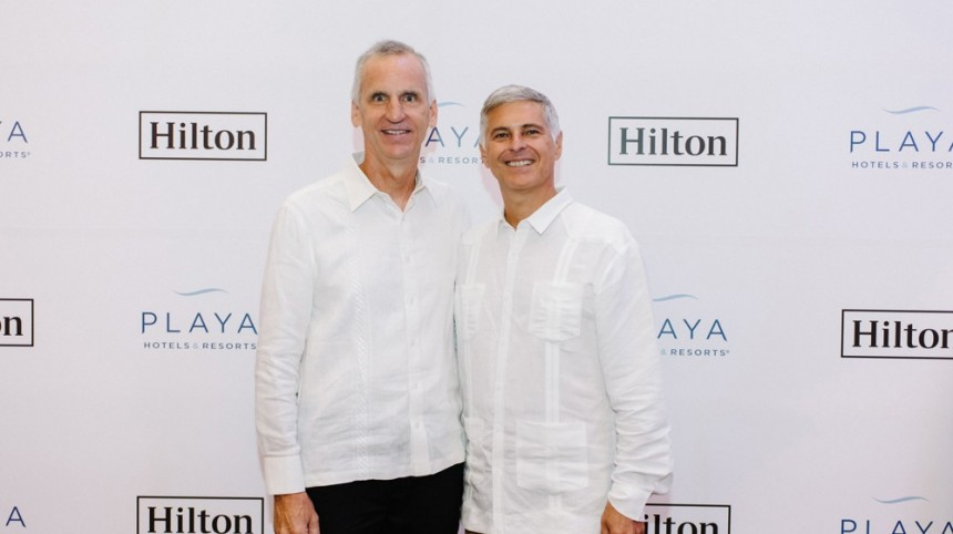 Bruce Wardinski,  CEO Playa Hotels & Resorts con  Christopher J. Nassetta, Presidente y CEO, Hilton.