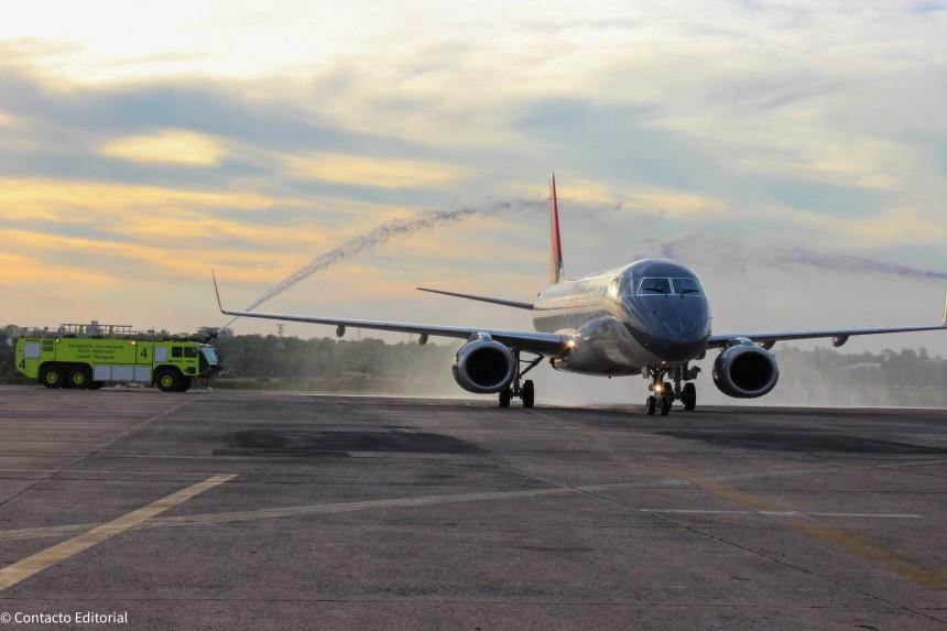 Avión de Amaszonas llegando al aeropuerto