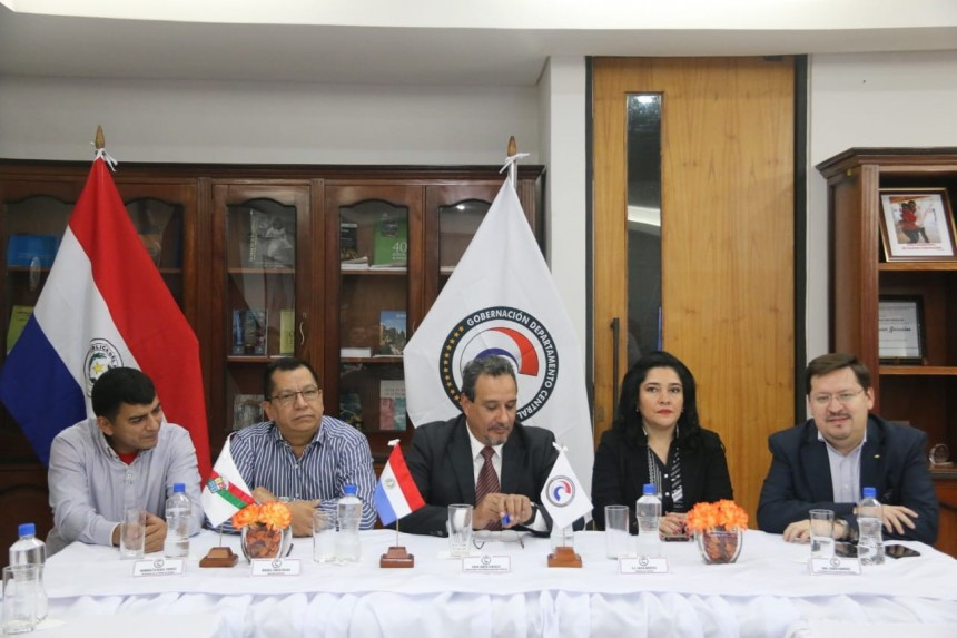 Hugo Javier Gonzalez y Sofia Montiel en compañía de los demás representantes