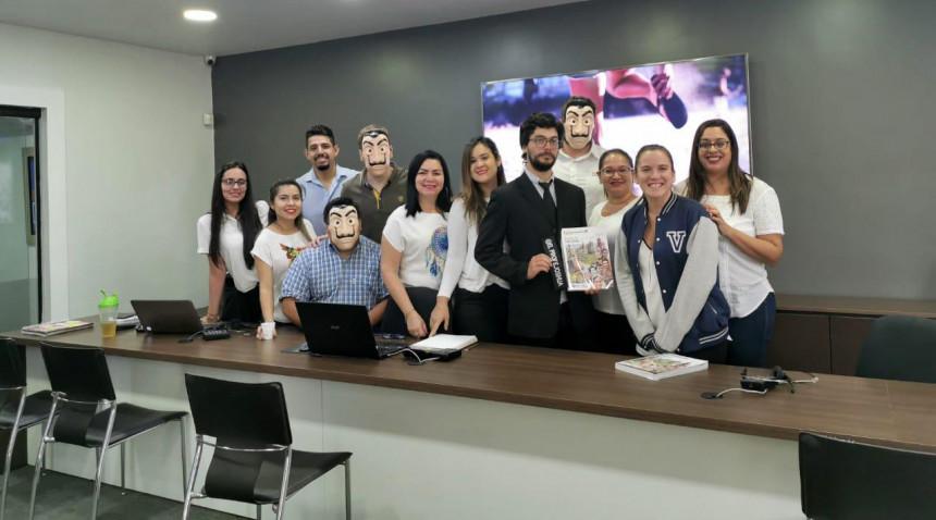 Ejecutivos de Maral Turismo y el profesor en una de las agencias visitadas