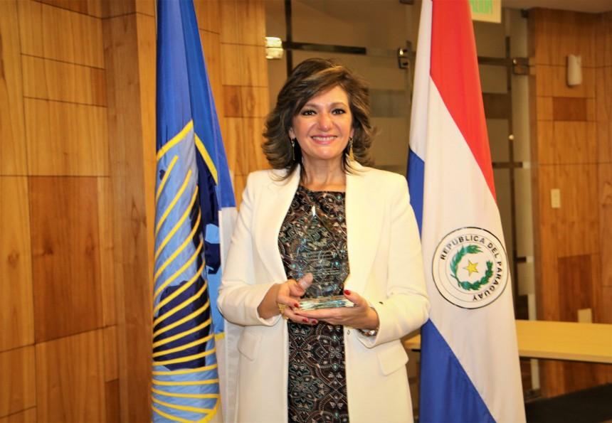 Marcela Bacigalupo recibiendo el premio