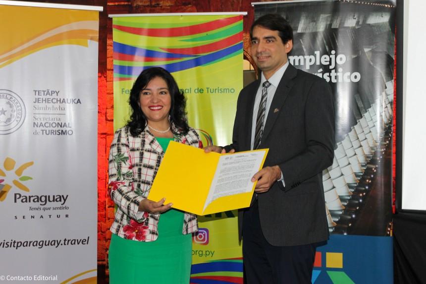 Sofia Montiel entrega la Resolución 968/2019 a Carlos Cardozo, donde Senatur declara de Interés Turístico Nacional a la FITPAR 2019