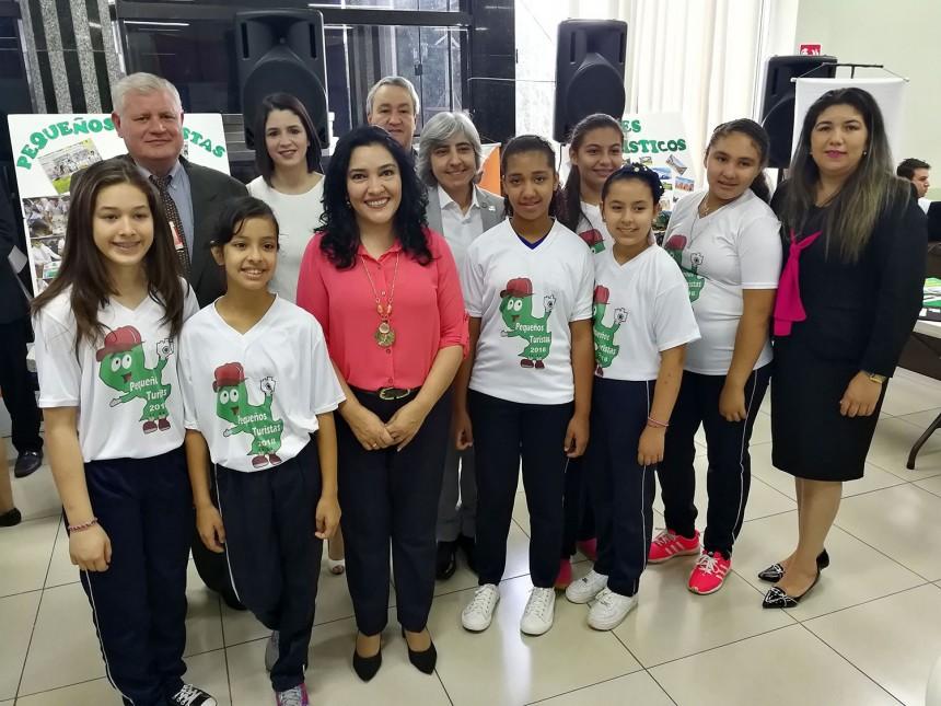 La ministra Sofia Montiel con los pequeños turistas