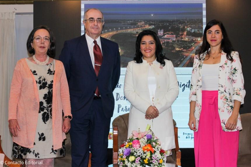 Sofia Montiel en compañía de Javier Hernández Peña y disertantes