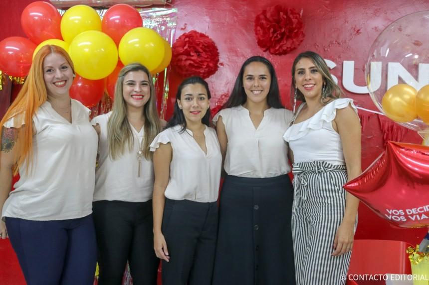 Olga Domecq con parte del equipo de Sunshine Viajes