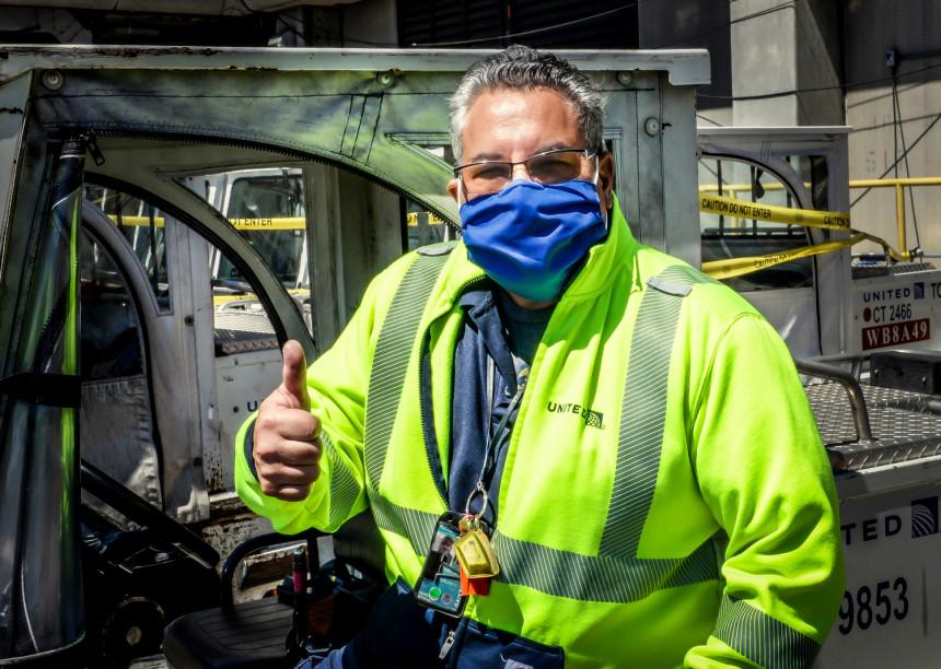 United convierte viejos uniformes en máscaras para empleados