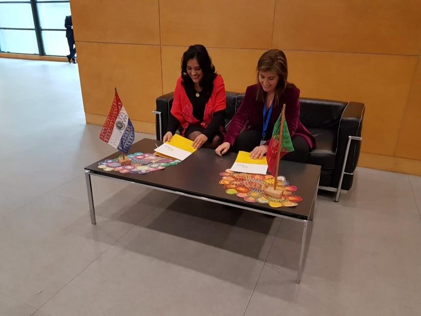 La ministra de Turismo, Sofia Montiel, firmando el acuerdo