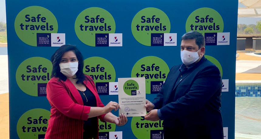 La Ministra de Turismo, Sofia Montiel entregando el Sello de Safe Travels a Hugo Fernandez