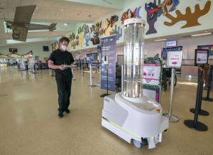 En el aeropuerto de Key West, un robot combate al COVID-19