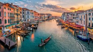 Venecia podría multar a turistas que se sienten en el suelo